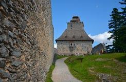 Sikt på folket i borggården av den medeltida byggnaden Royaltyfria Bilder