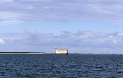 Sikt på Fort Boyard från Atlanticet Ocean - Frankrike Arkivfoto