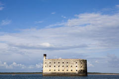 Sikt på Fort Boyard från Atlanticet Ocean - Frankrike arkivfoton