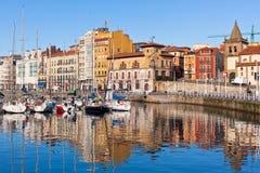 Sikt på gammal port av Gijon och yachter, Asturias, nordliga Spanien Royaltyfria Bilder