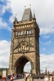 Sikt på gammal-stad brotorn i Prague, Tjeckien 08 08 2017 Arkivfoto
