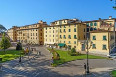 Sikt på gammal stad från stadsväggen i Lucca italy royaltyfri fotografi