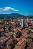 Sikt på gammal stad med basilikan av San Michele från torn för klocka för Torre dellemalm i Lucca italy arkivbilder