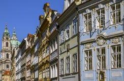 Sikt på gammal stad Traditionella medeltida byggnader solig morgon Prague tjeckisk republik royaltyfria foton