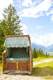 Sikt på gammal stol för tappning nära Ehrwalder Almsee med berglandskapet, Tirol Royaltyfria Bilder