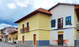Sikt på gatan med koloniala byggnader i historisk del av staden, Cuenca, Ecuador arkivfoto