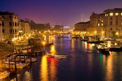 Sikt på Grand Canal från den Rialto bron på skymning, Venedig, Italien Royaltyfria Bilder