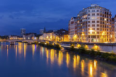 Sikt på Grenoble i aftonen Arkivfoton