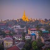 Sikt på gryning av den Shwedagon pagoden Royaltyfri Bild