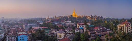 Sikt på gryning av den Shwedagon pagoden Royaltyfria Bilder