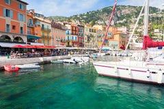Sikt på hamn i Villefranche-sur-Mer för lyxig semesterort på franska riviera, Frankrike, ` Azur för skjul D royaltyfria bilder