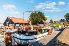 Sikt på hamnen av den holländska staden av Harderwijk Arkivbild