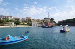 Sikt på hamnen och stranden av romantiska Assos, Kefalonia, Grekland Fotografering för Bildbyråer