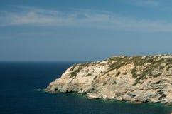 Sikt på havet och berg Fotografering för Bildbyråer