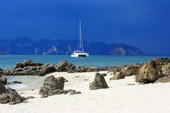 Sikt på havet och yachten royaltyfri fotografi