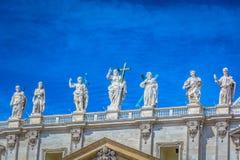 Sikt på helgonskulptur i Vatican City royaltyfria bilder
