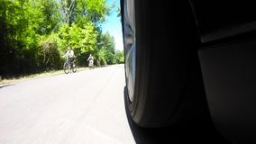 Sikt på hjulet av bilen, medan köra arkivfilmer