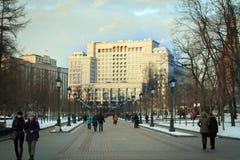 Sikt på hotellet för fyra säsonger från den Alexandrovskiy trädgården Royaltyfria Bilder