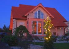 Sikt på hus med trädgården Arkivbild