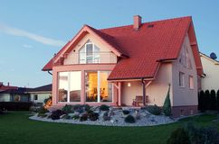Sikt på hus med trädgården Arkivbilder