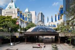 Sikt på i stadens centrum Vancouver från Art Gallery Arkivbilder