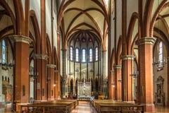 Sikt på inre av basilikan San Francesco i bolognaen - Italien royaltyfri foto