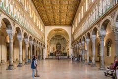 Sikt på inre av den nya basilikan av helgonet Apollinaris i Ravenna - Italien royaltyfri bild