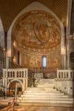 Sikt på inre i basilika av Santa Maria Assunta i Aquileia - Italien royaltyfri foto