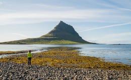 Sikt på Island det sceniska Kirkjufell berget Arkivfoto
