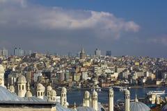 Sikt på Istanbul acrosbosphorus Torn och kupoler, kanal med seglingskepp och färgrik stad arkivfoto