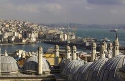 Sikt på Istanbul acrosbosphorus Torn och kupoler, kanal med seglingskepp och färgrik stad arkivfoton