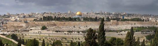 Sikt på Jerusalem med kupolen av vagga från Mountet of Olives israel royaltyfria bilder