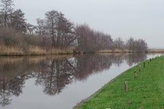 Sikt på kanalen Steenwijk till Ossenzijl royaltyfria foton