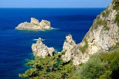Sikt på klippor och det blåa havet i Grekland Arkivfoto