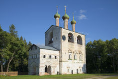 Sikt på klockatornet av den Rostov Boris och Gleb kloster på en sommardag Yaroslavl region Arkivfoto