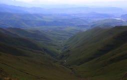 Sikt på kullar i Drakensberge arkivfoton