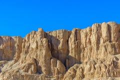 Sikt på kullar och klippor nära templet av Hatshepsut i Luxor, Egypten fotografering för bildbyråer