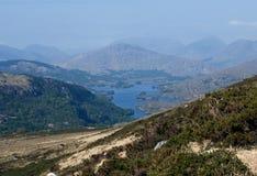 Sikt på kullarna på en solig vårmorgon i cirkeln av Kerry i Irland royaltyfri foto