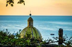 Sikt på kupolen av kyrkan av Santa Maria Assunta i Positano vid den Amalfi kusten, Positano Italien fotografering för bildbyråer