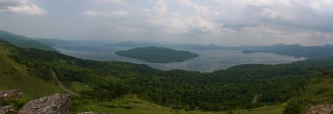 Sikt på Kussharo sjön från den sceniska Bihoro passerandevägen Royaltyfri Foto