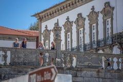 Sikt på kvinnor som talar och ser på belvederen, biskops- slott av Porto som bakgrund arkivbilder