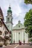 Sikt på kyrkan av Dobbiaco Royaltyfri Foto