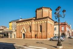 Sikt på kyrkan av Saint Martin i gatorna av Chioggia i Italien royaltyfri fotografi