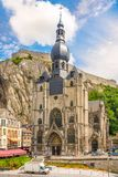 Sikt på kyrkan av vår dam Assumtion i Dinant - Belgien Arkivfoto