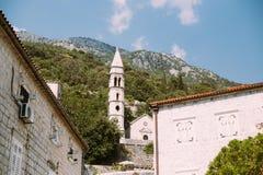 Sikt på kyrkligt klockatorn av den medelhavs- staden Arkivfoto