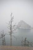 Sikt på Lake Baikal under dimman Arkivfoton