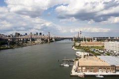 Sikt på Manhattan från den Long Island staden i sommartid, New York City, Amerikas förenta stater Arkivfoto