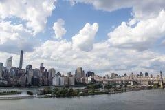 Sikt på Manhattan från den Long Island staden i sommartid, New York City, Amerikas förenta stater Arkivbilder