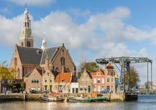 Sikt på Marnixkaden och Grooten Kerk, Maassluis, Nethen royaltyfria foton