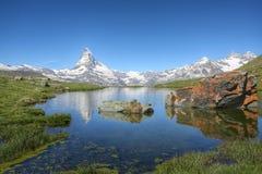 Sikt på Matterhornen från Stillisee sjön Arkivfoton